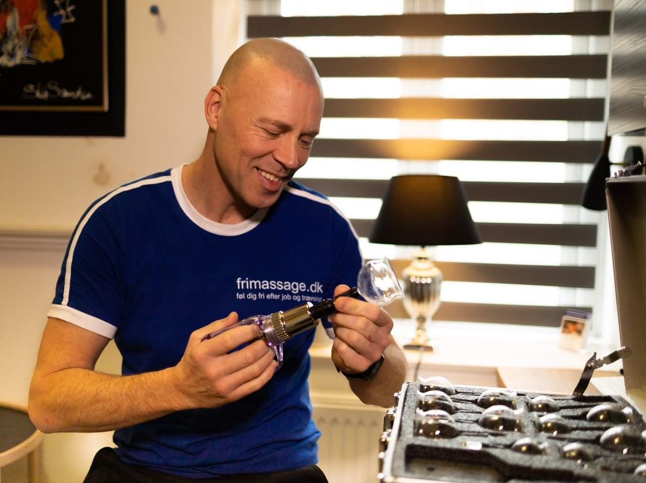 Morten med cupping sugekop