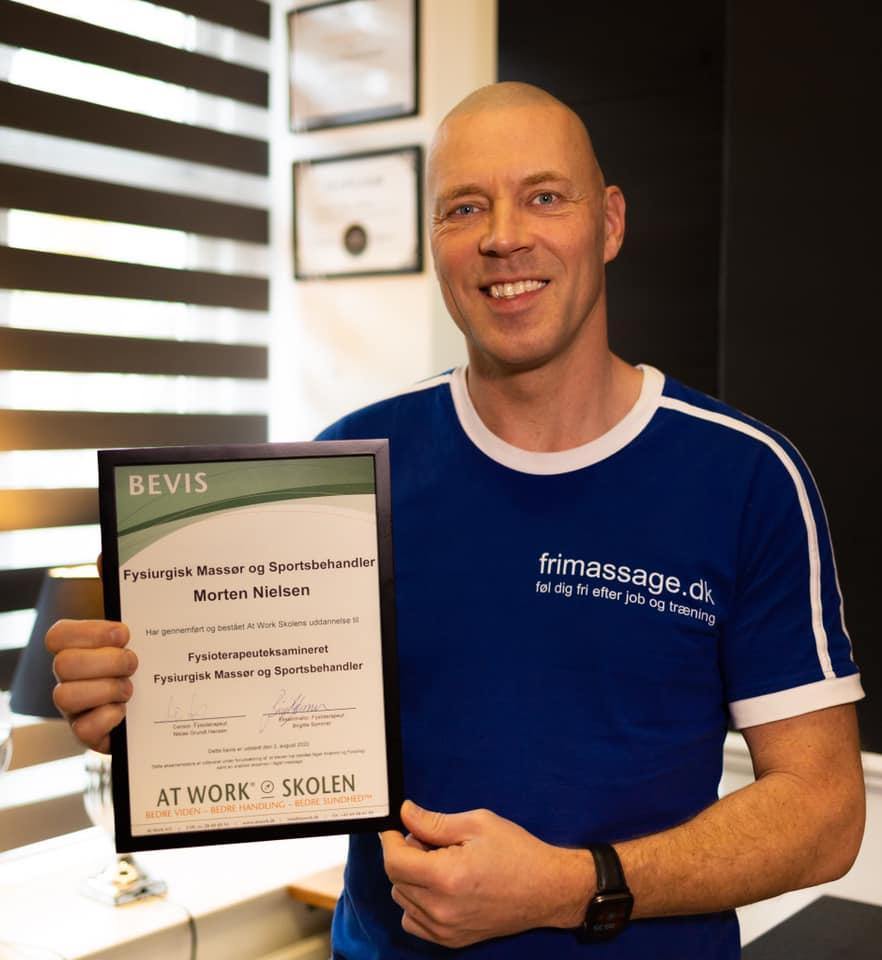 Morten Nielsen holder sit diplom som fysiurgisk massør og sportsbehandler